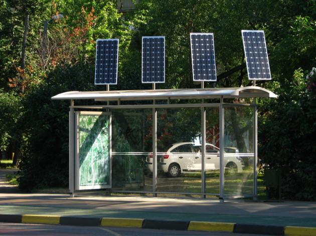 Московская остановка с солнечными батареями
