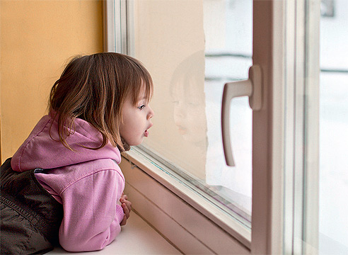 фото: малыш у стекла - фактор опасности