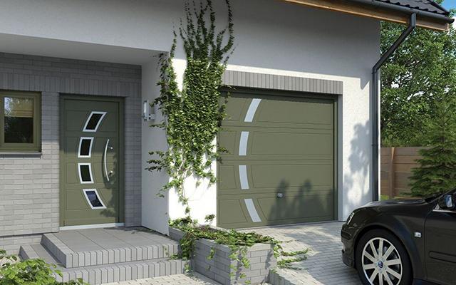 гаражные ворота все чаще определяют цвет окон и дверей в частном домостроении