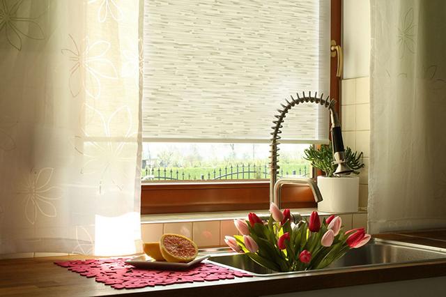 Раковина под кухонным окном, мойка под окном