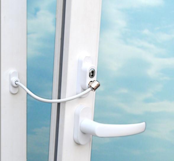 фото: специальный блокировочный тросик препятствует открытию окна