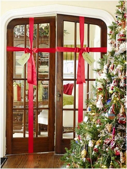 Image captionФото: красныленты - неизменный атрибут Европейского Рождества