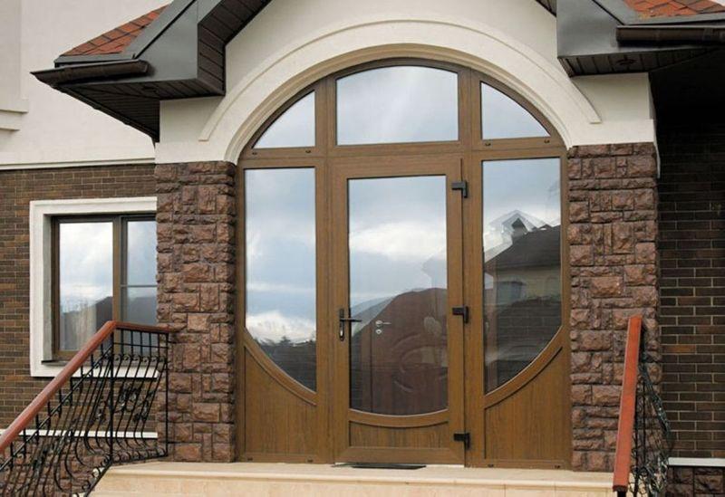 Фото: пластиковые входные двери могут быть выполнены с различными вариантами: цветовой гаммы, формы, остекления и прочее